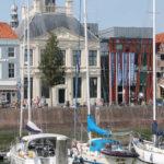 Een blik over de jachthaven Vlissingen naar het muzeeum lampsinshuis tijdens de stadswandeling verteld de gids er meer over